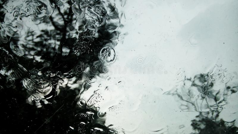 Krople deszczu na szkle obrazy royalty free