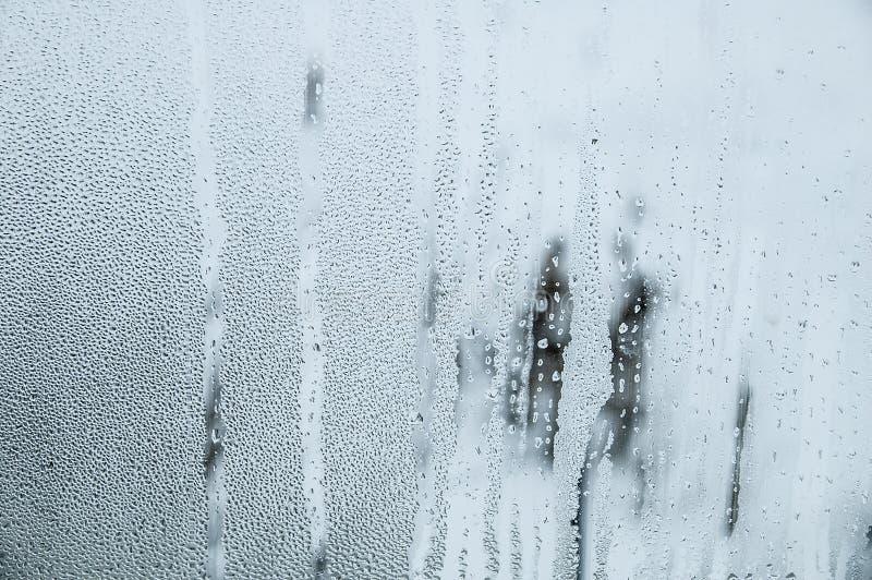 Krople i kapinosy woda na szkle Zimy okno kondensat zdjęcie stock