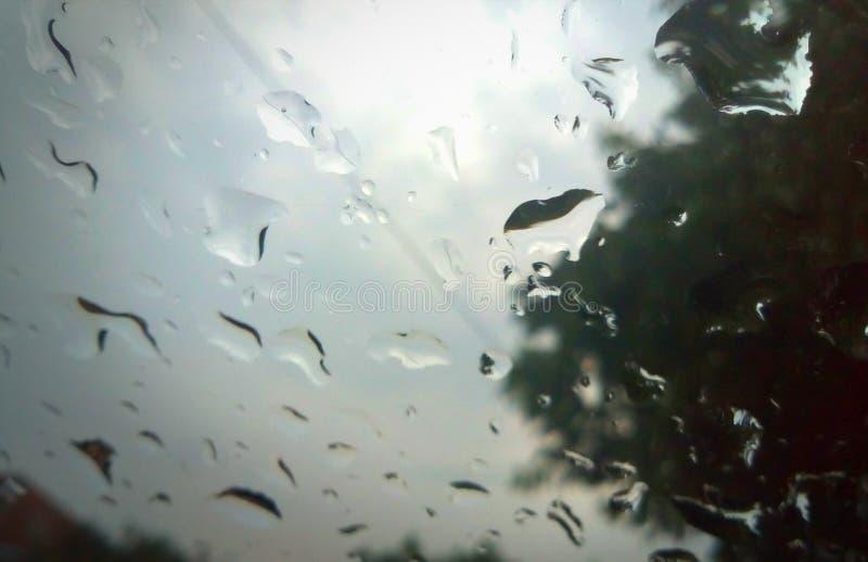 Krople na szkle deszcz zdjęcia stock