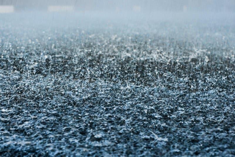 Krople ulewny deszcz na asfaltowej drodze fotografia royalty free