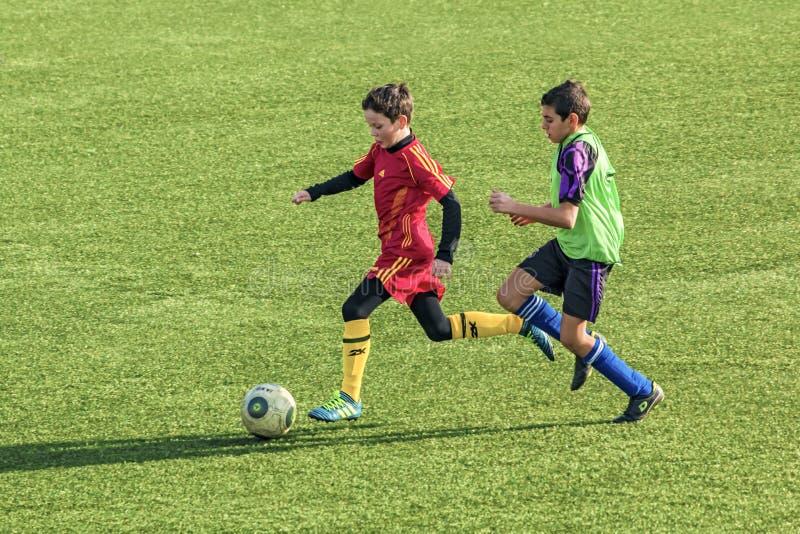 Kropotkin, regione di Krasnodar, Russia - 10 febbraio 2018 Concorrenza di sport di calcio fra i gruppi adolescenti fotografie stock