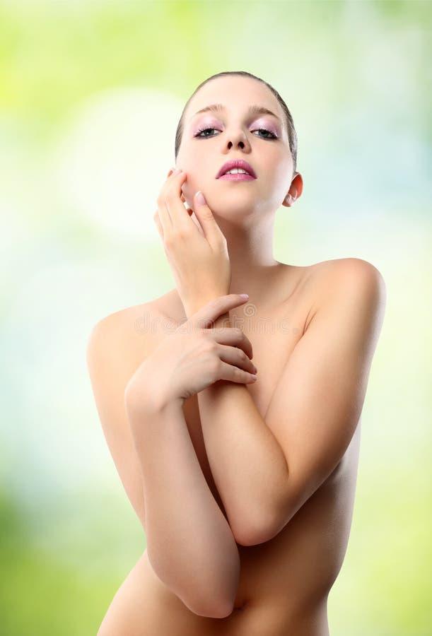 Kropp av kvinnan på grönt bakgrundsbegrepp av skönhet och välbefinnande arkivbilder