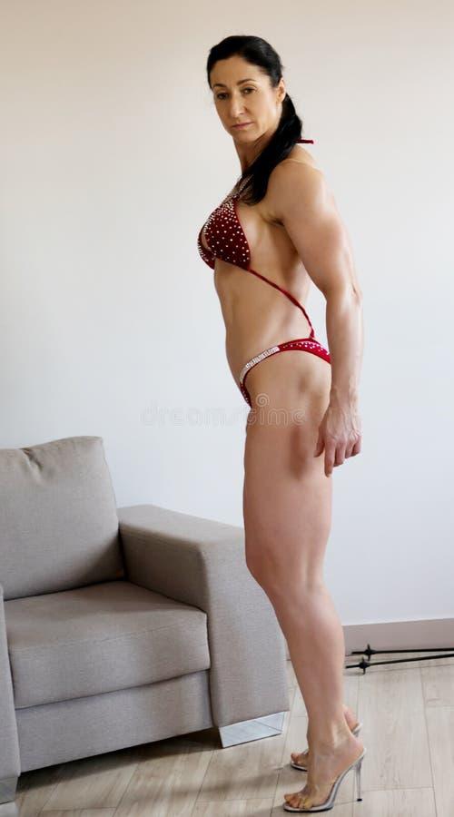 Kropp för kvinna` s till konkurrenskonditionbikinin arkivfoto