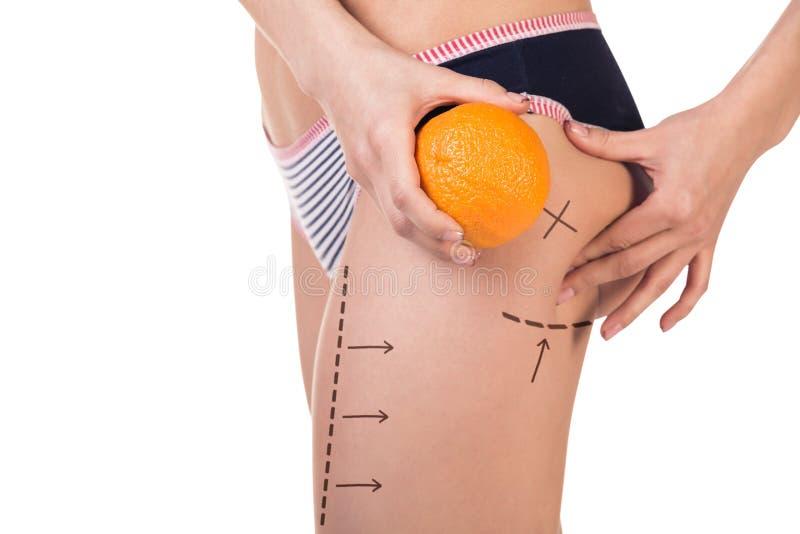 Kropp med cellulit och orange frukt royaltyfria bilder