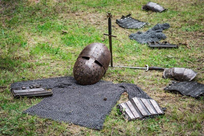 Kroppamorbeståndsdelar och medeltida vapen arkivbild