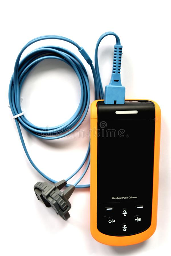 Kroppen av pulsoximeteren med kabel, medicinsk utrustning för avkänner blodsyre i patienterna i sjukhuset arkivfoton
