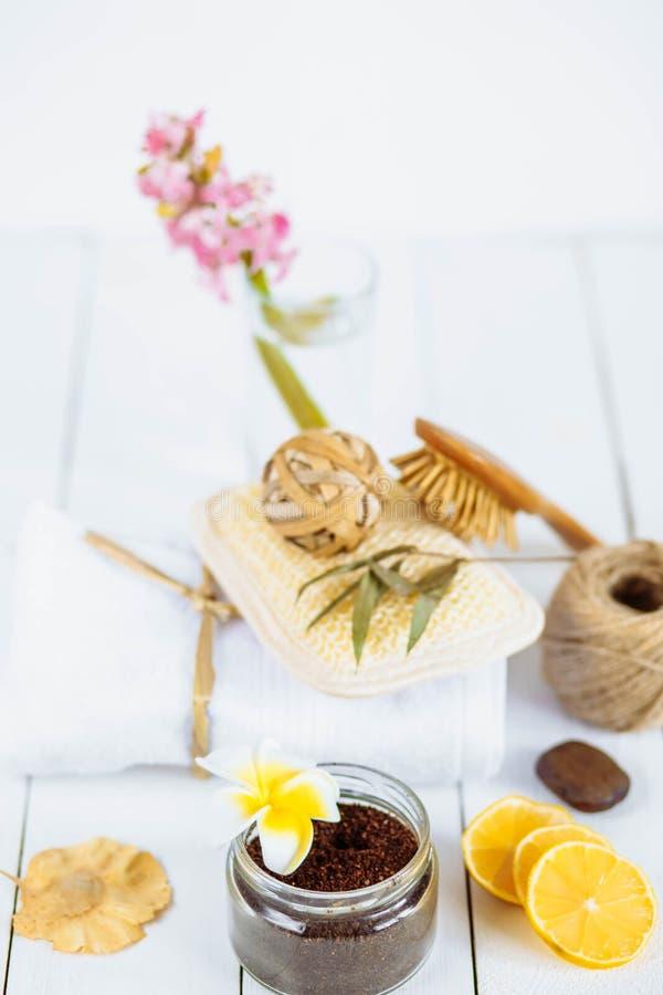 Kroppen skurar av jordkaffealoevera socker, och citronen på vit bakgrund, den hemlagade skönhetsmedlet för skalning och brunnsort arkivfoto