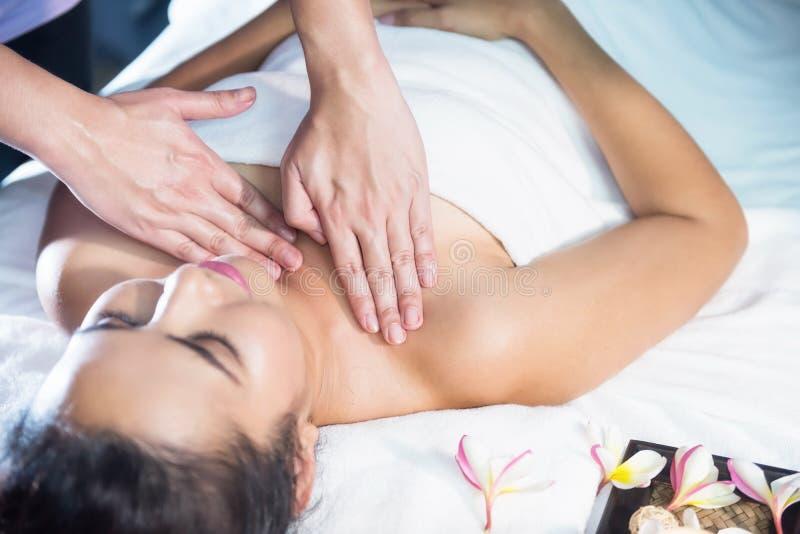 Kroppomsorgbehandling vid thailändsk olja royaltyfria bilder