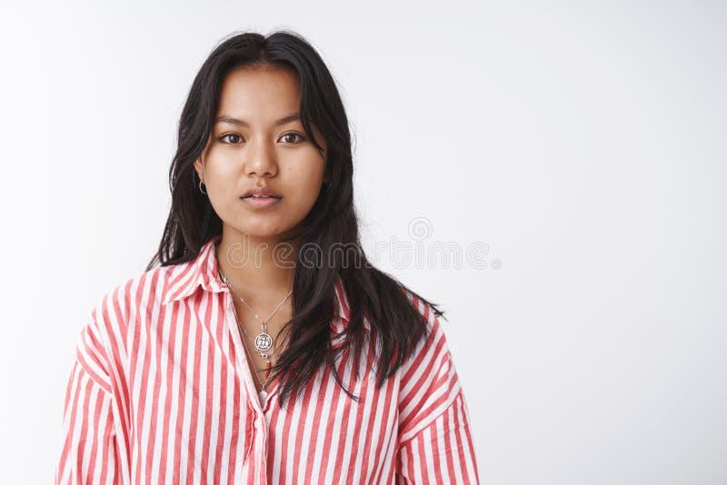 Kropprealitet, sk?nhet och mjukhetbegrepp Attraktiv ung vietnamesisk flicka i den randiga blusen som f?rsiktigt ser och arkivbilder