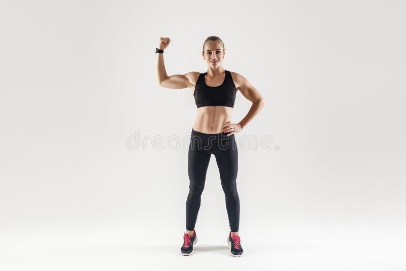 Kroppsbyggare förlovad kondition för muskulös flicka Kvinna som visar henne bi royaltyfri bild