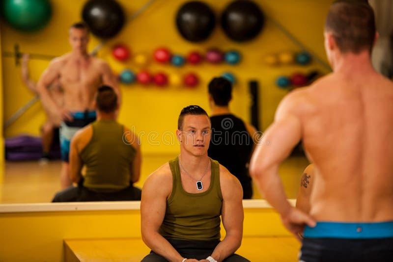 Kroppsbyggaredrev som poserar för konkurrensen royaltyfri foto
