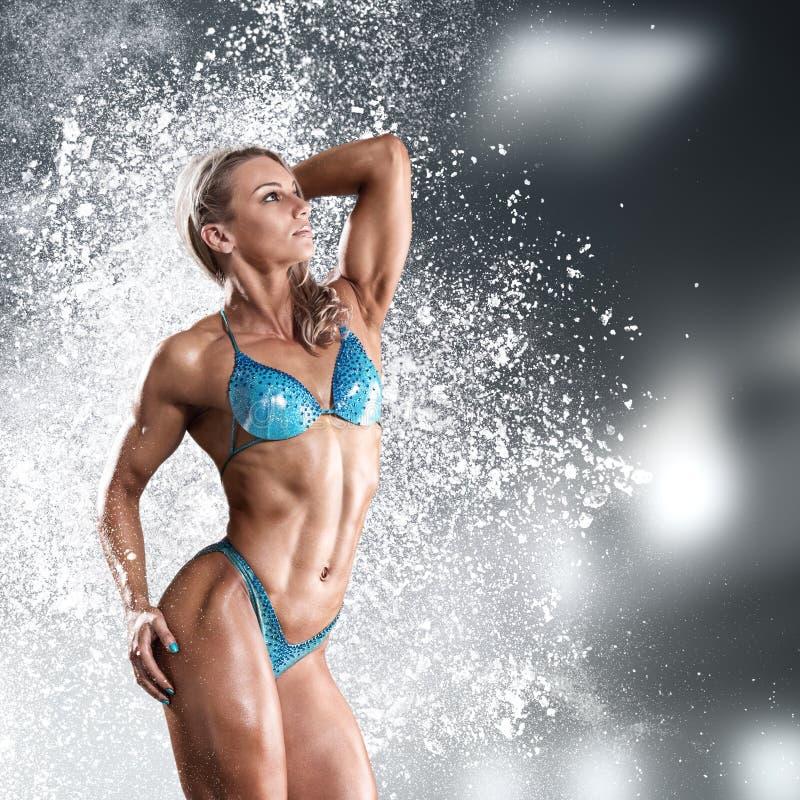 Kroppsbyggarekvinna i bikini royaltyfria foton