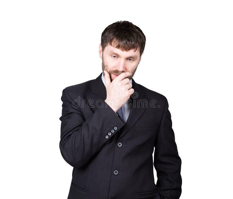 Kroppsspråk Gestmisstrolögner slutmun vid handen, stängd position man i affärsdräkten som isoleras på vit royaltyfria foton
