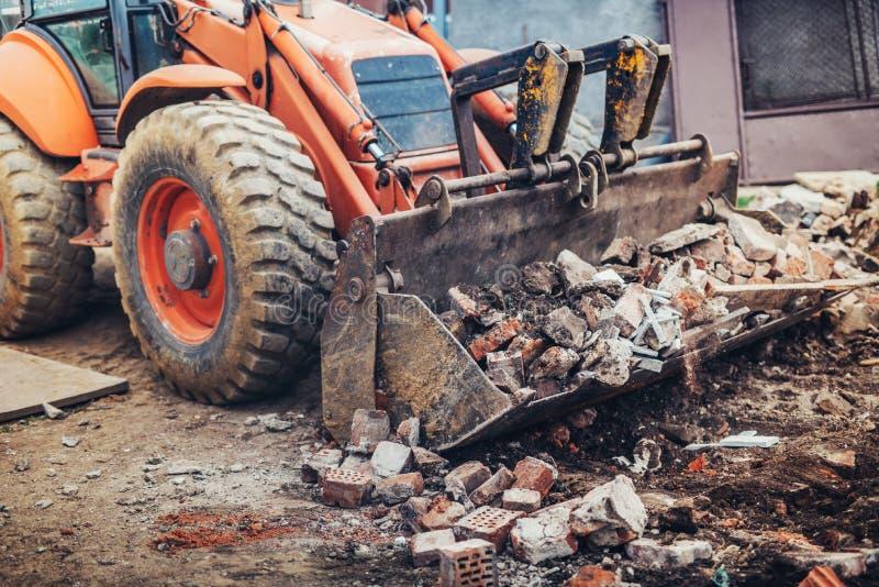 kross industriellt grävskopamaskineri som arbetar på rivning för konstruktionsplats royaltyfri foto