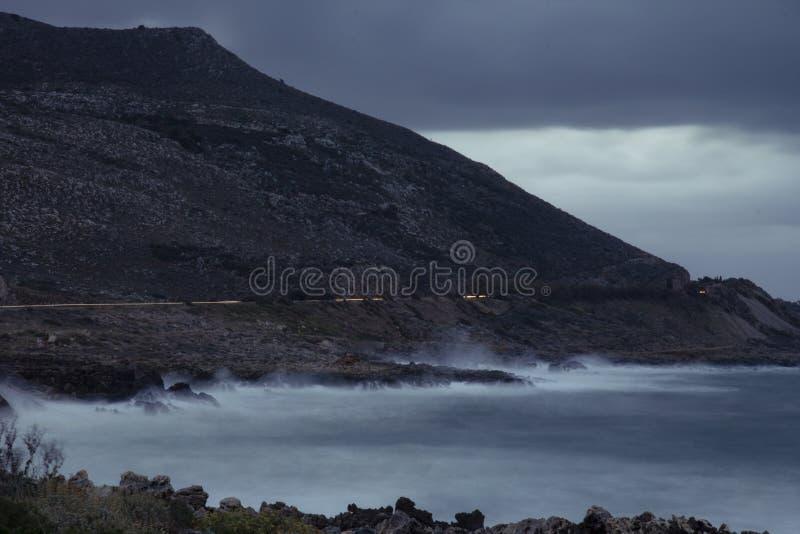Krossa lång exponering för vågor som skjutas under afton royaltyfria bilder