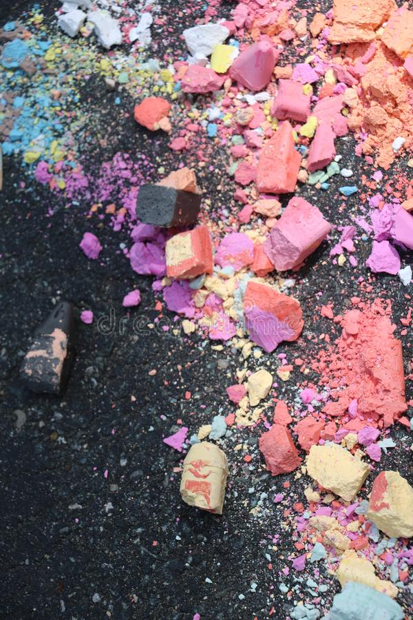 Krossad trottoarkrita slagit ?ver k?rning royaltyfri foto