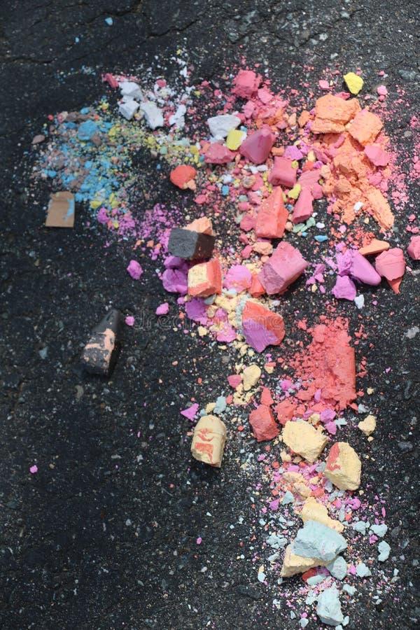 Krossad trottoarkrita slagit ?ver k?rning arkivbilder