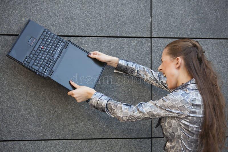 krossande bärbar datorkvinna arkivfoto