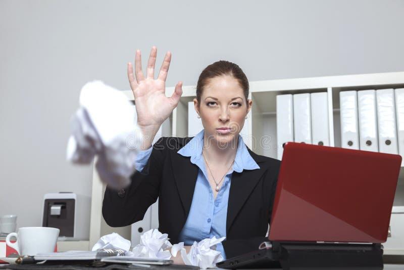 Krossande papper för ilsken anställd royaltyfri fotografi