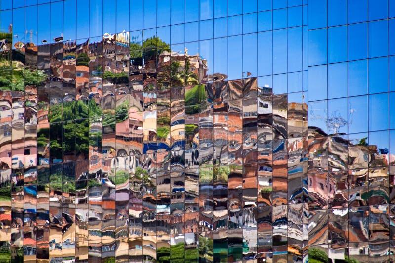 Krottenwijk die in Vensters nadenkt stock foto