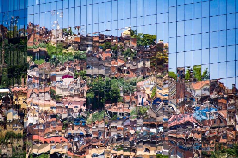 Krottenwijk die in Vensters nadenkt stock fotografie