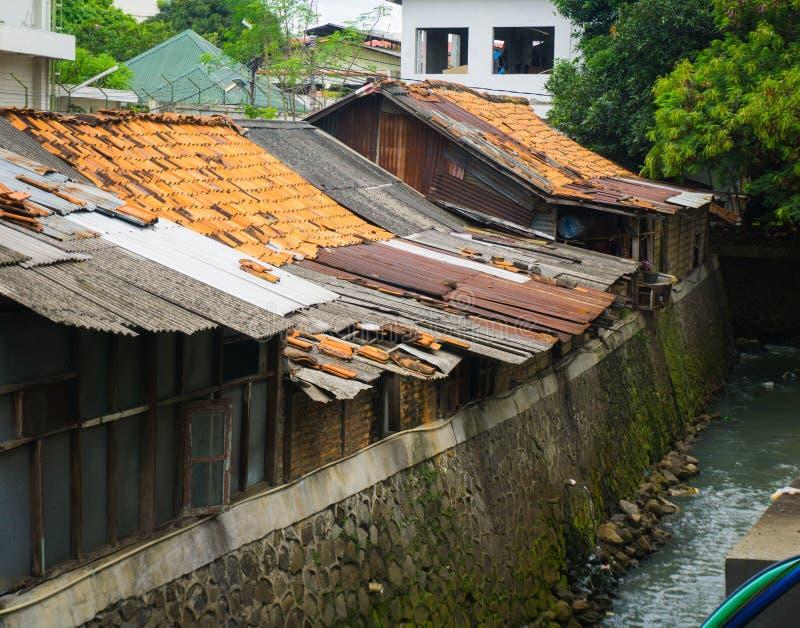 Krottenwijken dichtbij vuile die slootfoto in Djakarta Indonesië wordt genomen stock foto's