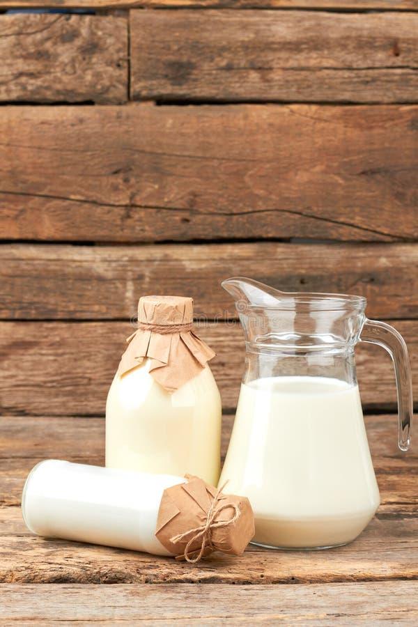 Krowy mleko w rocznika stylu butelkach zdjęcie stock