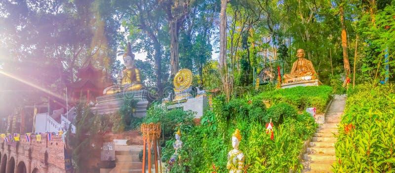 Kru Ba Sri Wichai,最著名的和尚金黄雕象北Wat的Phra泰国土井素贴,城镇 免版税库存图片