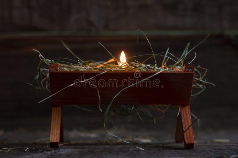 Krubban Jesus och ljus av hopp gör sammandrag julsymbol fotografering för bildbyråer