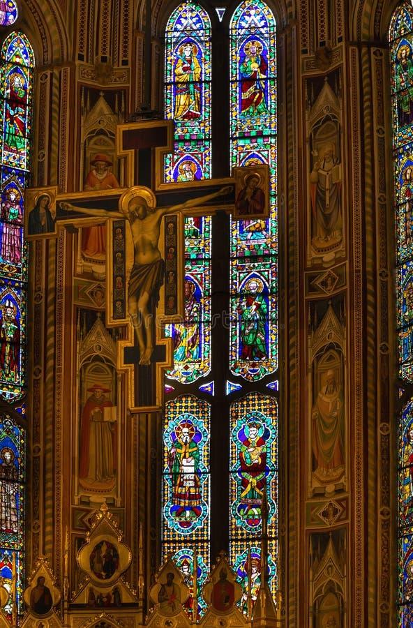 Krucyfiksu i witrażu okno w bazylice Di Santa Croce, Florencja zdjęcie stock
