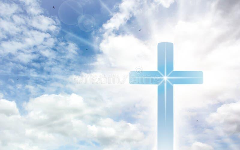 Krucyfiksu krzy? na pi?knym niebie z sunbeam ?wi?ty krzy? jezus chrystus na chmury tle obraz stock