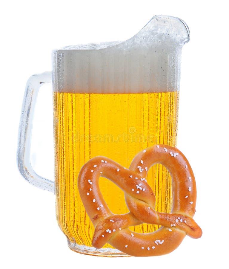 Krug Bier auf Weiß mit Brezel stockfotografie