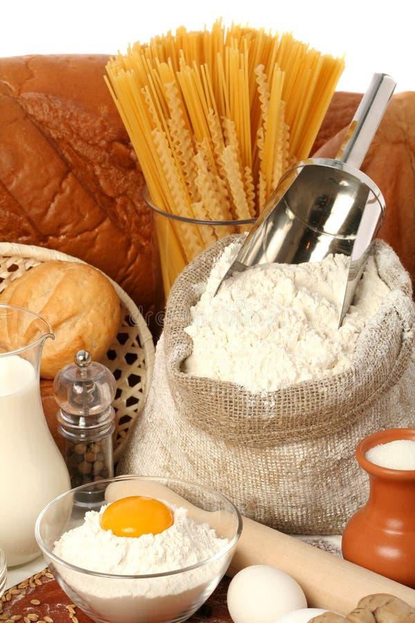 Krug Milch, Zucker und Mehl stockfotografie
