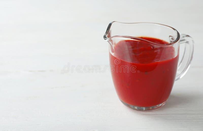 Krug mit würziger Chili-Sauce lizenzfreies stockfoto