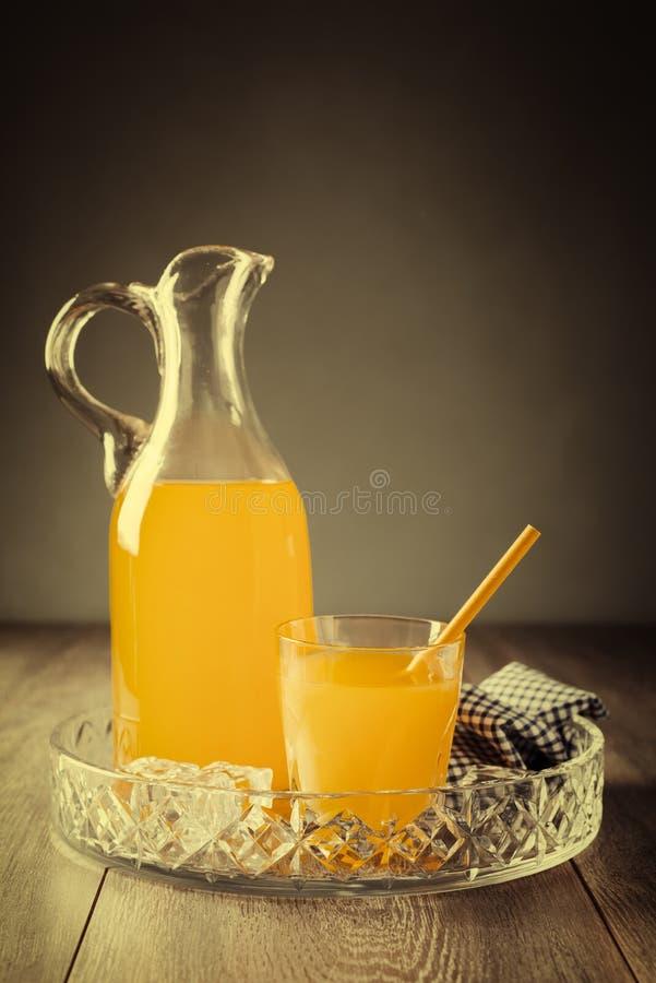 Krug u. Trommel Of Juice lizenzfreie stockbilder