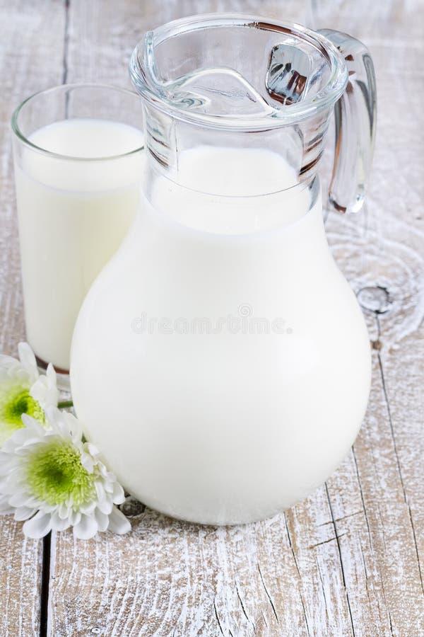 Krug und Glas Milch lizenzfreie stockfotografie