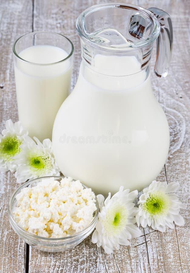 Krug und Glas Milch stockfoto