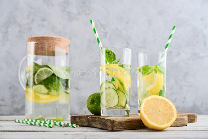 Krug und zwei Gläser mit hineingegossenem Wasser lizenzfreie stockbilder