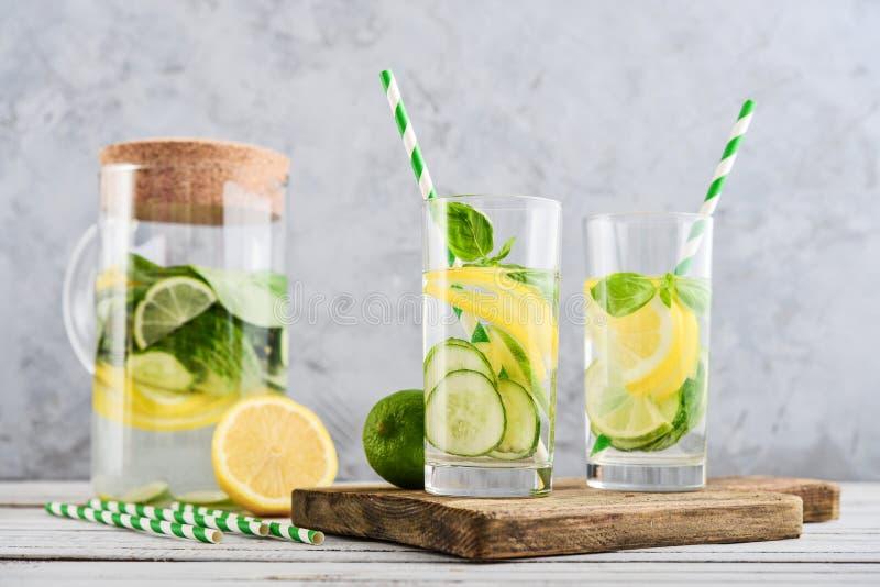 Krug und zwei Gläser mit hineingegossenem Wasser stockfoto
