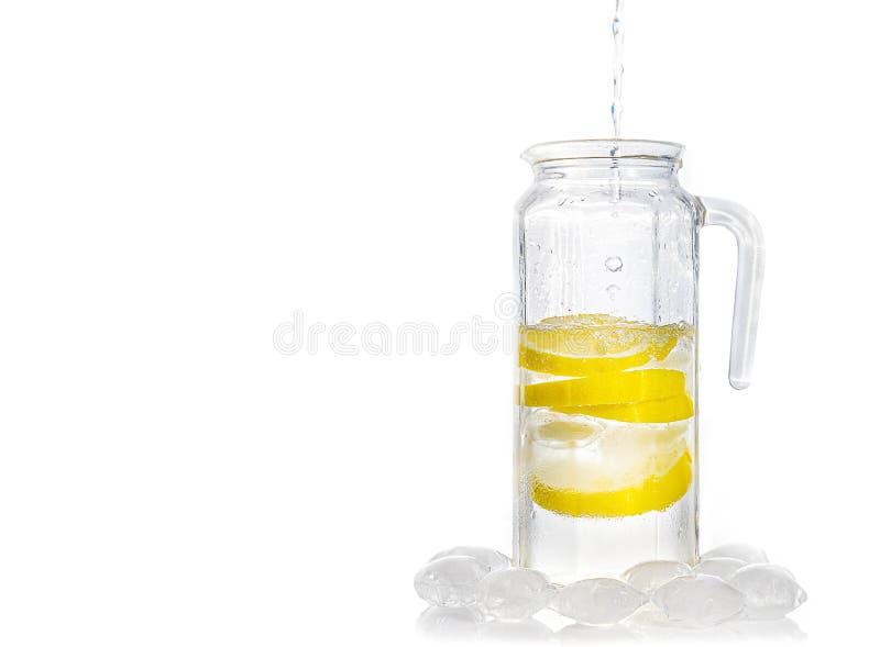 Krug Wasser mit Zitrone stockbilder