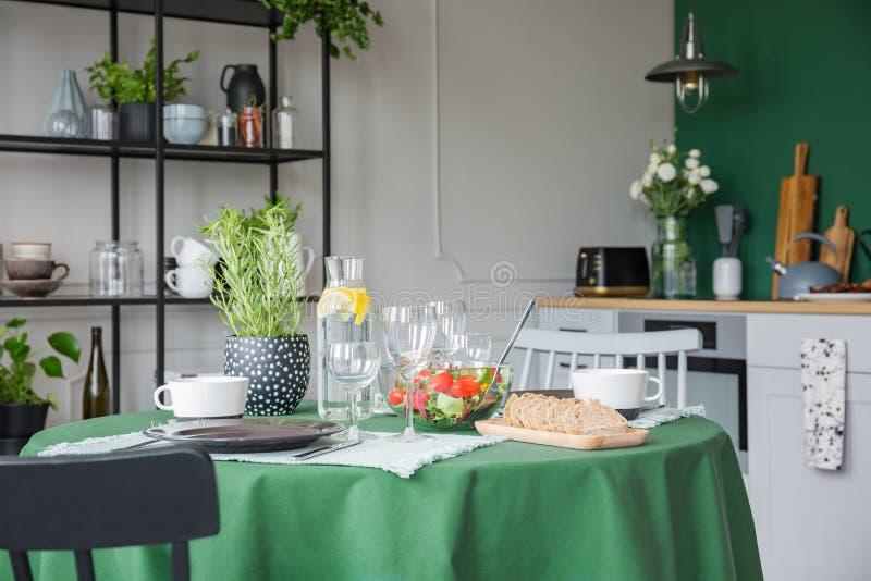 Kruid in pot, wijnglazen, brood en groente stock foto