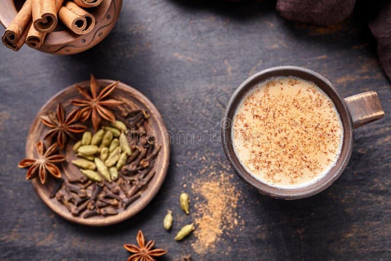 Kruidde de chai latte traditionele hete Indische zoete melk van de Masalathee drank, notemuskaat, gember, cinammon stokken stock foto