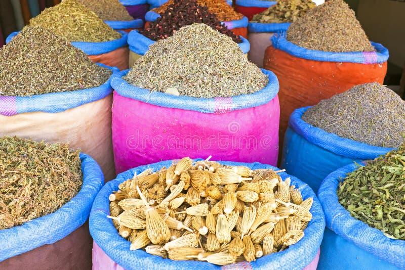 Kruiden bij de markt van Marrakech, Marokko stock afbeeldingen
