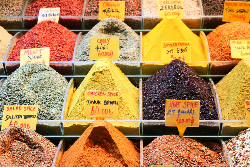 Kruiden bij de show bij de Grote Bazaar in Istanboel, Turkije stock foto's