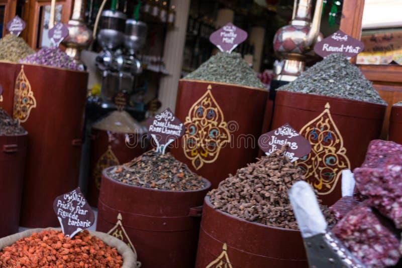 Kruiden en kruiden die in beroemd Marrakech Medina worden verkocht stock afbeelding
