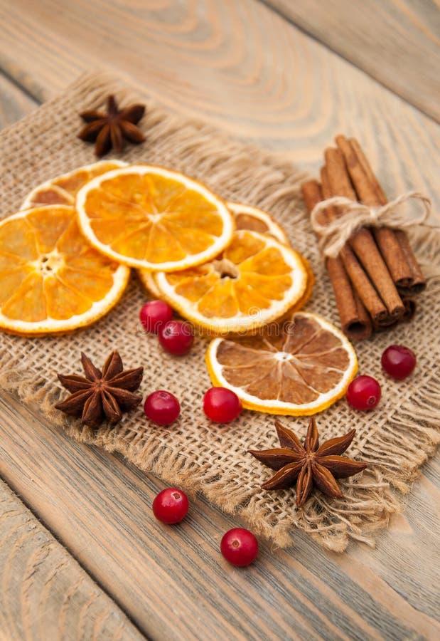 Kruiden en droge sinaasappelen stock foto's