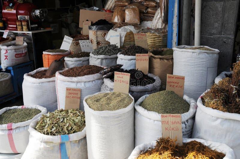 Kruiden en kruiden in een oosterse bazaar stock afbeeldingen