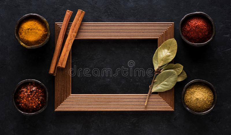 Kruiden en kruiden in kommen en leeg houten kader royalty-vrije stock fotografie
