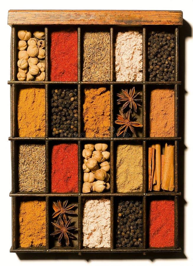 Kruiden en kruiden in houten doos royalty-vrije stock foto