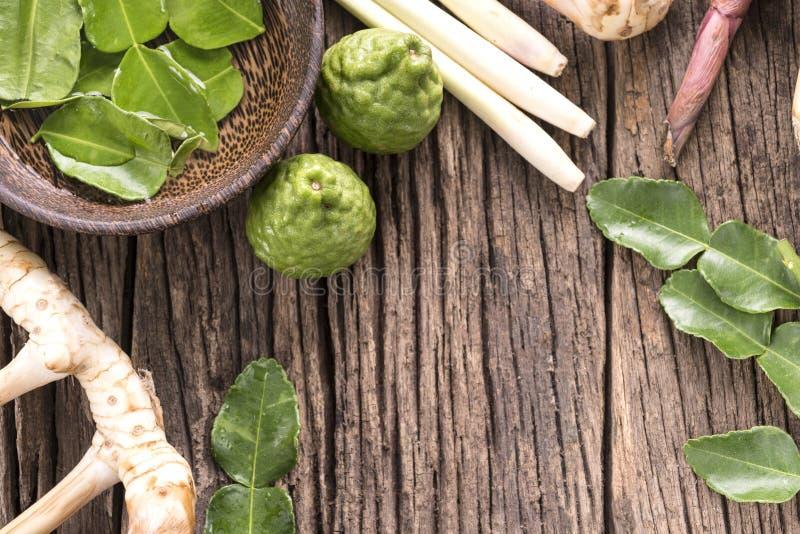Kruiden en Kruiden over houten achtergrond stock afbeeldingen